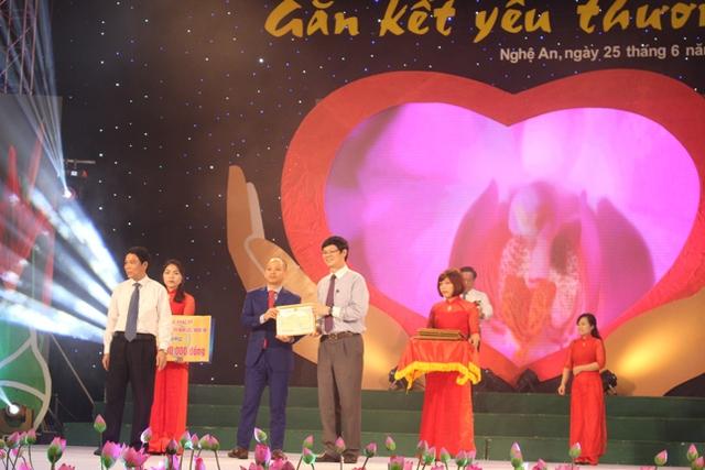 Các cá nhân, tổ chức, doanh nghiệp trao tiền hỗ trợ cho trẻ em nghèo tỉnh Nghệ An