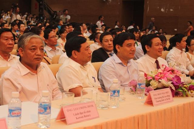 Các lãnh đạo và các đại biểu tham dự chương trình.