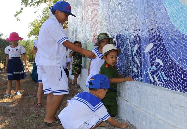 Cũng như ở trên đất liền, những đứa trẻ trên thị trấn Trường Sa (thuộc huyện đảo Trường Sa, tỉnh Khánh Hòa) cũng nghịch ngợm, thích thú những trò chơi dân dã, đuổi bắt côn trùng...