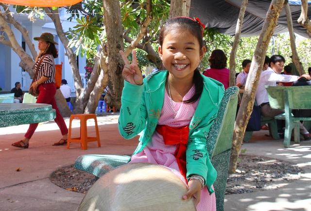 Những nụ cười luôn tươi rói và nước da ngăm đen là một đặc trưng của những đứa trẻ nơi đây.
