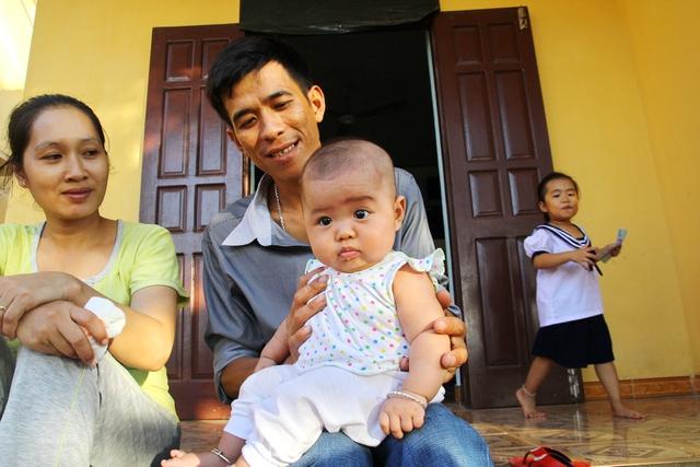 Bé Thùy là con của anh Thái Nhật Trường và chị Nguyễn Bình Phương Ái. Hai anh chị ra đây sinh sống đã được nhiều năm.