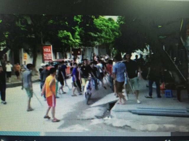 Nhóm người được cho là tham gia vụ việc (ảnh cắt từ clip)