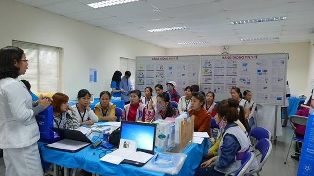 Truyền thông về sức khỏe sinh sản - KHHGĐ cho nữ công nhân. Ảnh: MSV