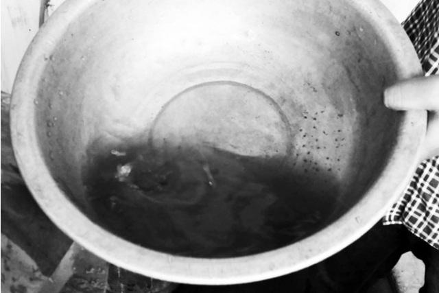 Hình ảnh nước giếng khoan bơm lên tại một hộ dân tại xã Tân Minh. Ảnh: N.Tùng