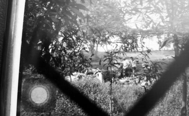 Hình ảnh người dân ghi lại cảnh Công ty Dệt may Hoàng Thị Loan xử lý rác bằng công nghệ đốt.