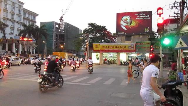 Nhiều nơi, chỉ có rất ít người tuân thủ báo hiệu đèn đỏ.