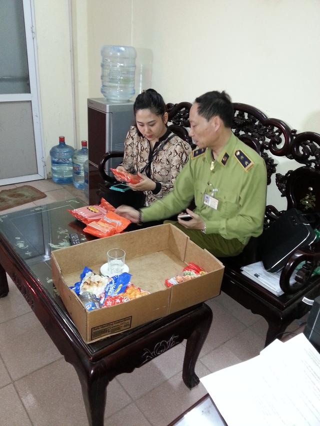 Cán bộ quản lý thị trường kiểm tra mẫu xúc xích Viet foods