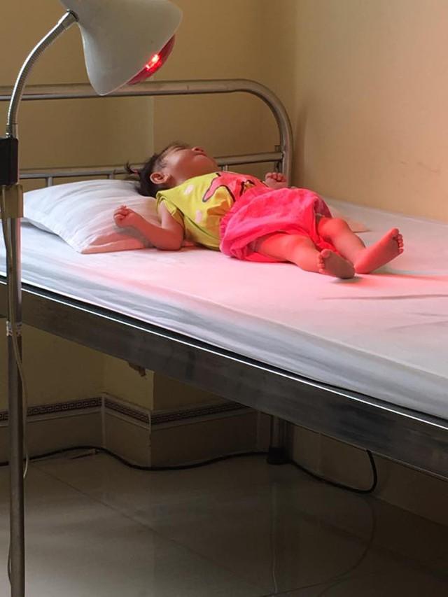 Chị Thanh Tâm vẫn đưa bé đến viện để trị liệu phục hồi các chức năng