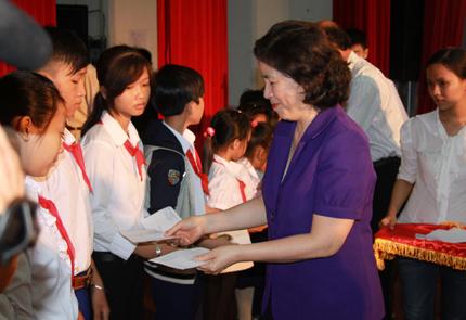 Vinamilk trao học bổng cho học sinh nghèo, mồ côi, khuyết tật tại Bến tre 1
