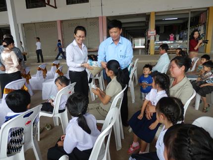 TH true MILK tặng 300.000 ly sữa tươi sạch cho trẻ em nước bạn Lào 2