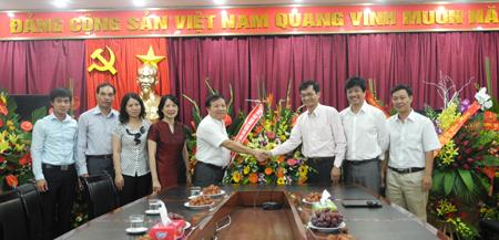 Tổng cục trưởng Tổng cục DS-KHHGĐ chúc mừng Báo GĐ&XH nhân ngày 21/6 1
