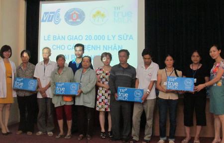 20.000 ly sữa TH True milk đến với bệnh nhân nghèo Bệnh viện K 1