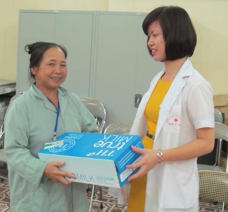 20.000 ly sữa TH True milk đến với bệnh nhân nghèo Bệnh viện K 3