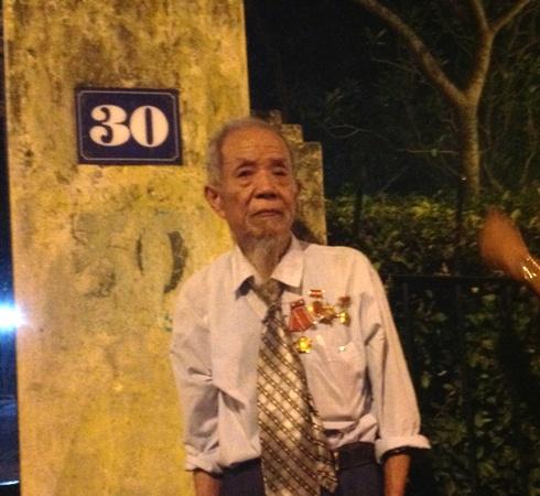 Nghẹn ngào hình ảnh người lính già 93 tuổi vượt dặm xa để được gặp vị Bồ tát của lòng mình 1