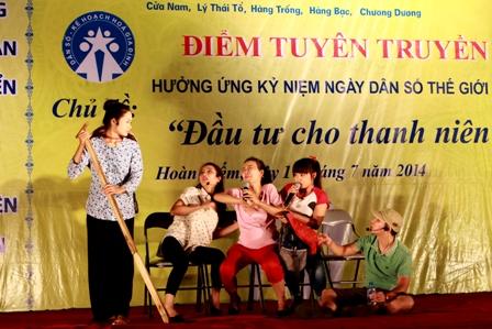 Quận Hoàn Kiếm – Hà Nội: Tổ chức Điểm tuyên truyền hưởng ứng kỷ niệm Ngày Dân số Thế giới 1