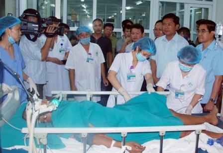 """""""Chi viện"""" bác sĩ  cấp cứu, điều trị nạn nhân vụ tai nạn giao thông tại Lào Cai 1"""