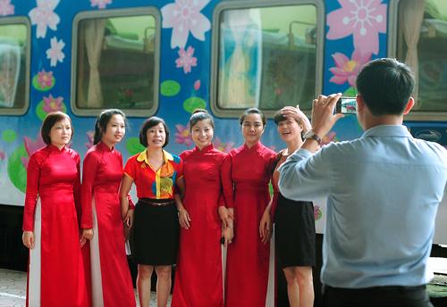 """Xem áo dài và Kimono """"đọ"""" giữa sân ga Hà Nội 2"""