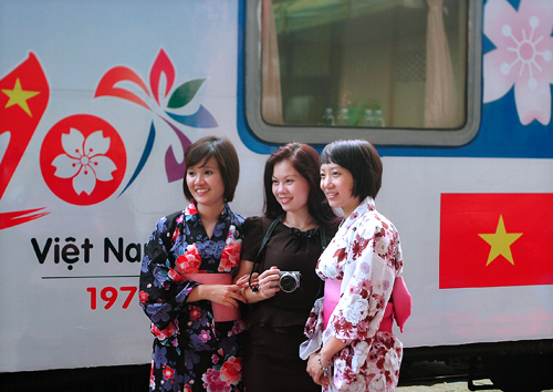 """Xem áo dài và Kimono """"đọ"""" giữa sân ga Hà Nội 3"""