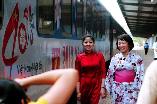 """Xem áo dài và Kimono """"đọ"""" giữa sân ga Hà Nội 1"""