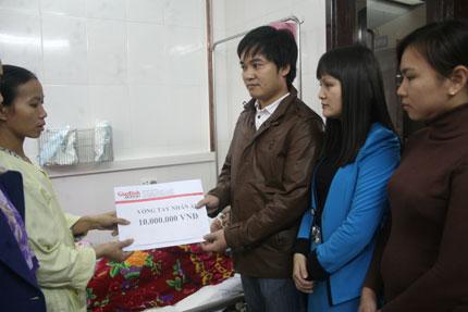 Vòng tay nhân ái hỗ trợ khẩn cấp 10 triệu tới bé viêm não thoi thóp qua ngày 1