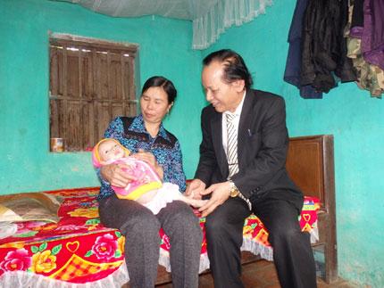 Xót xa hình ảnh bụng ngày càng phình to của bé Nguyễn Thị Dung 2