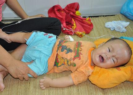 Ngằn ngặt tiếng khóc của bé 10 tháng tuổi phải đối mặt với ca mổ sinh tử  2