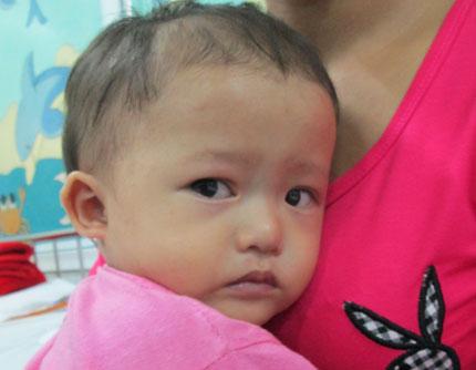 Bất lực nhìn con thơ 1 tuổi quằn quại trong cơn đau 1