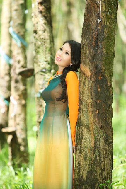 Cẩm Ly tha thướt áo dài giữa rừng cao su 3