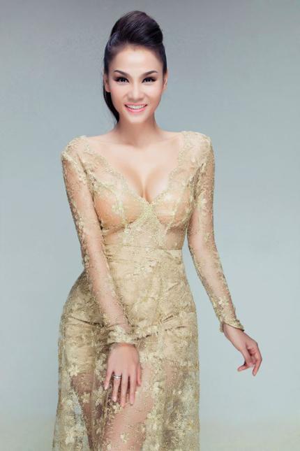 Thu Minh mặc váy trong suốt khoe vòng 1 siêu khủng 1