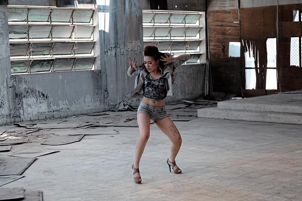 Hoàng Thùy Linh chui vào nhà hoang biểu diễn võ thuật 1