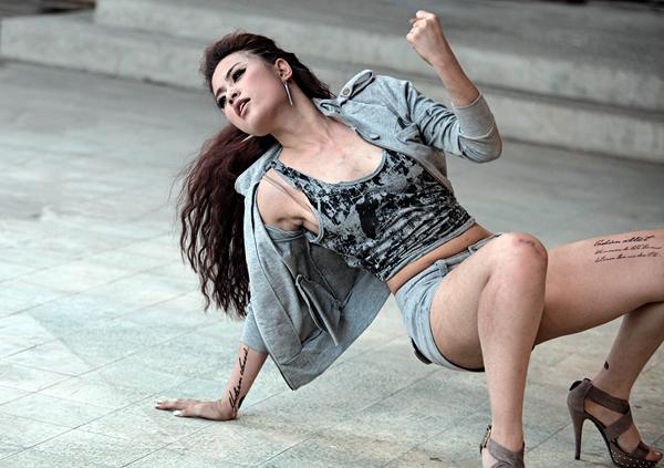 Hoàng Thùy Linh chui vào nhà hoang biểu diễn võ thuật 4
