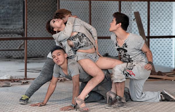 Hoàng Thùy Linh chui vào nhà hoang biểu diễn võ thuật 7