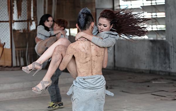 Hoàng Thùy Linh chui vào nhà hoang biểu diễn võ thuật 8