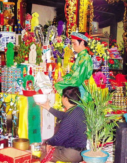 Chuyện lạ chưa từng có về nghi lễ hầu đồng ở Hà Nội 2