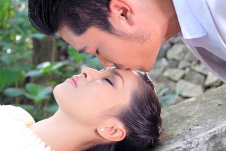 Tuấn Hiệp vã mồ hôi khi hôn Ngọc Liên trước mặt ông xã của cô trong MV mới 1