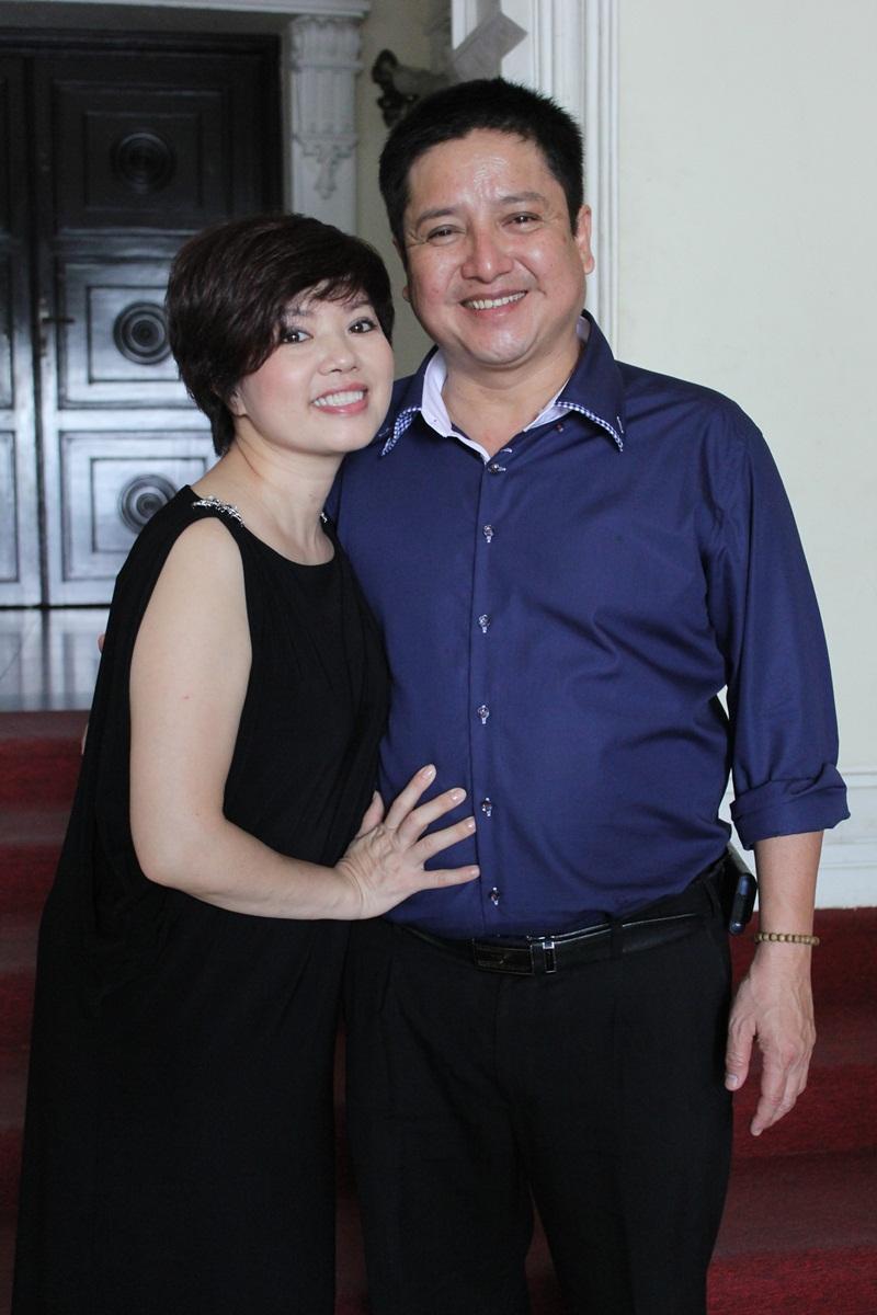 """Táo Giao thông Chí Trung """"cưỡng"""" hôn vợ tại Nhà hát Lớn TP HCM 3"""