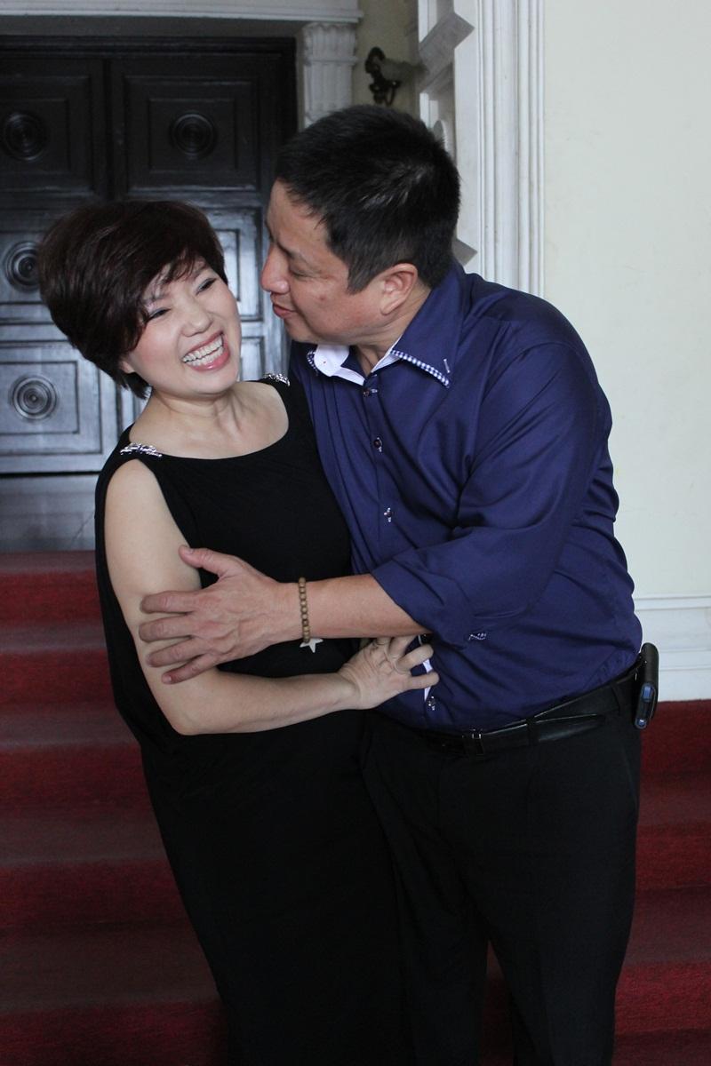 """Táo Giao thông Chí Trung """"cưỡng"""" hôn vợ tại Nhà hát Lớn TP HCM 4"""