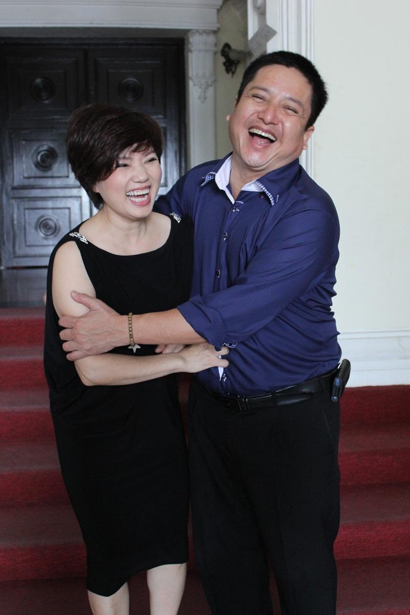 """Táo Giao thông Chí Trung """"cưỡng"""" hôn vợ tại Nhà hát Lớn TP HCM 5"""