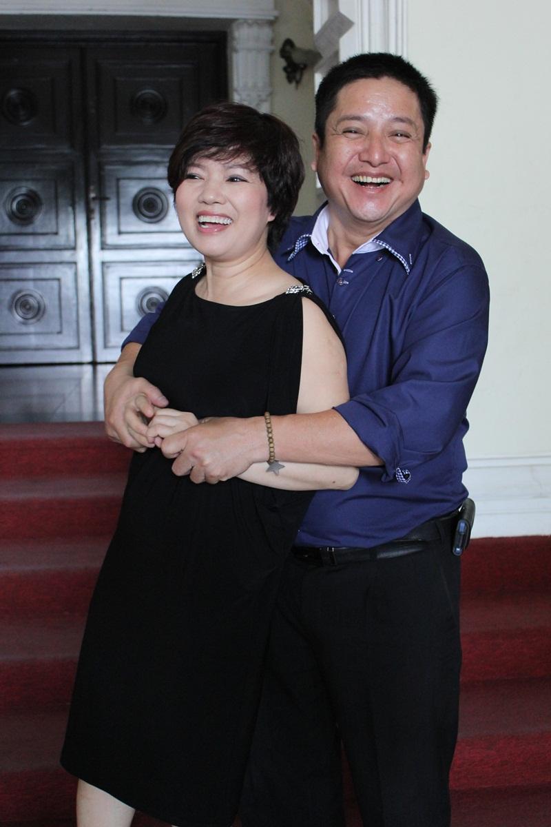 """Táo Giao thông Chí Trung """"cưỡng"""" hôn vợ tại Nhà hát Lớn TP HCM 2"""