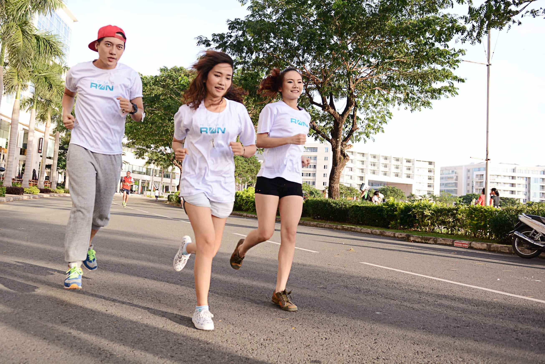 """Hà Tăng mặc quần đùi """"chinh phục"""" cầu Phú Mỹ với 5000 người  15"""