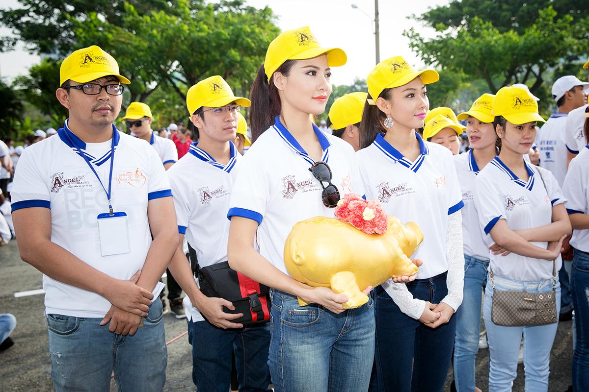 Hoa hậu Trần Thị Quỳnh xuất hiện sau sự cố đeo băng sai tên nước 7