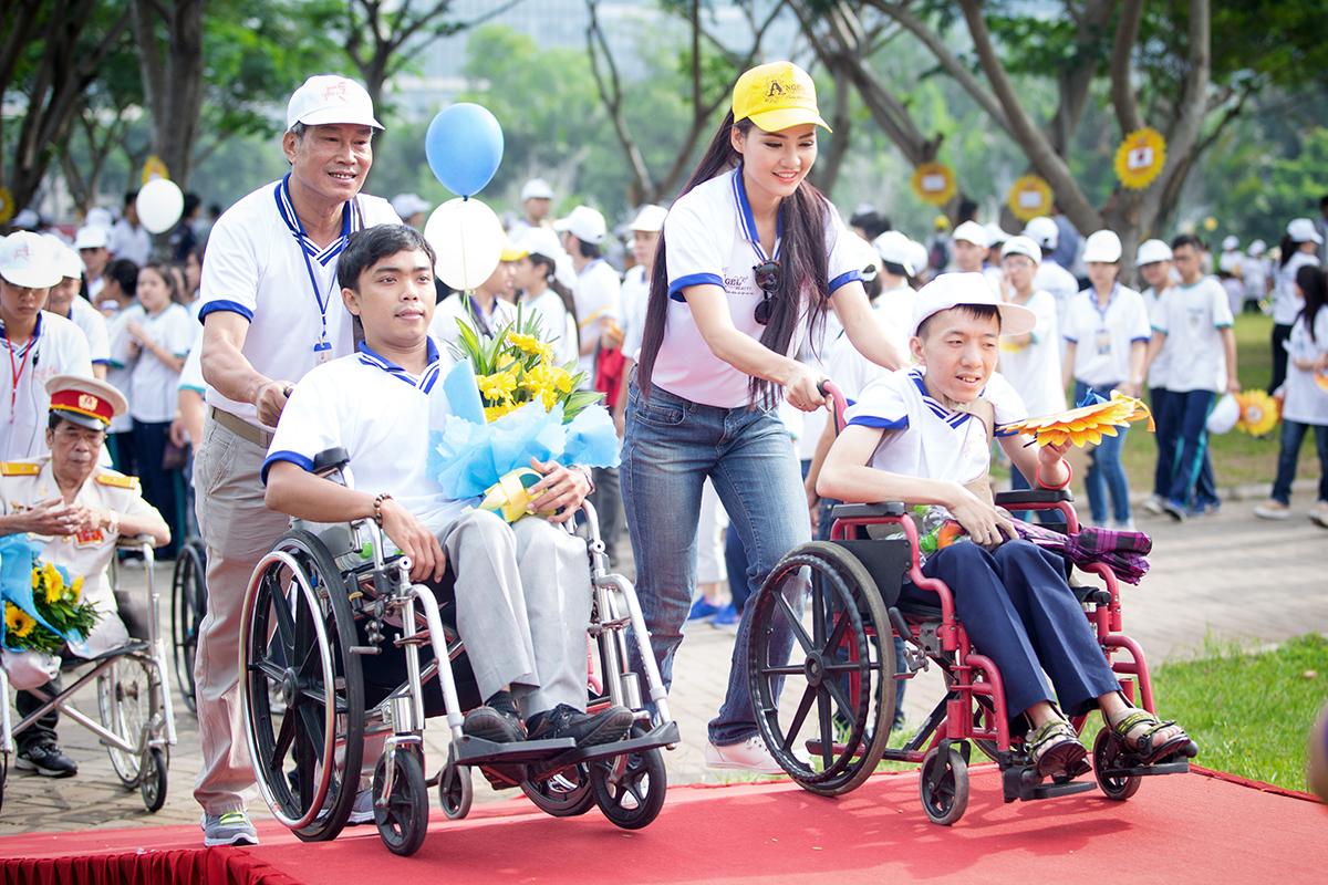 Hoa hậu Trần Thị Quỳnh xuất hiện sau sự cố đeo băng sai tên nước 2