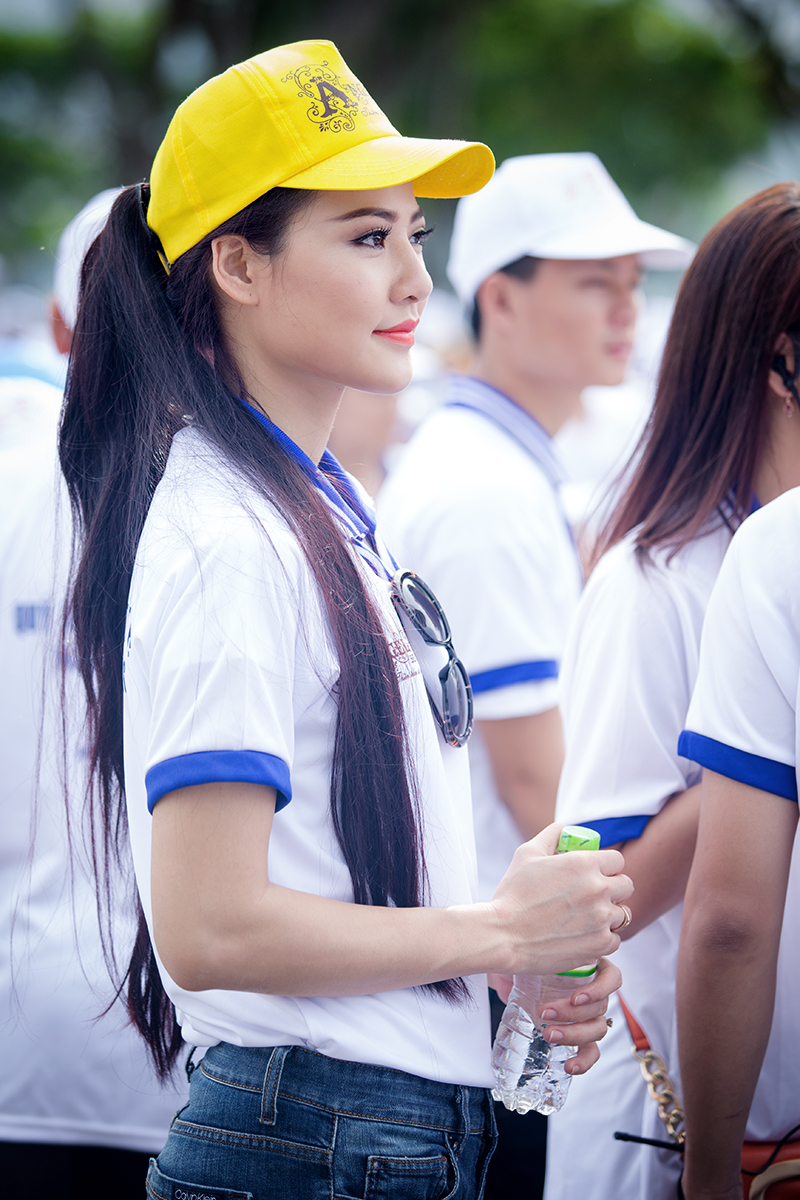 Hoa hậu Trần Thị Quỳnh xuất hiện sau sự cố đeo băng sai tên nước 9