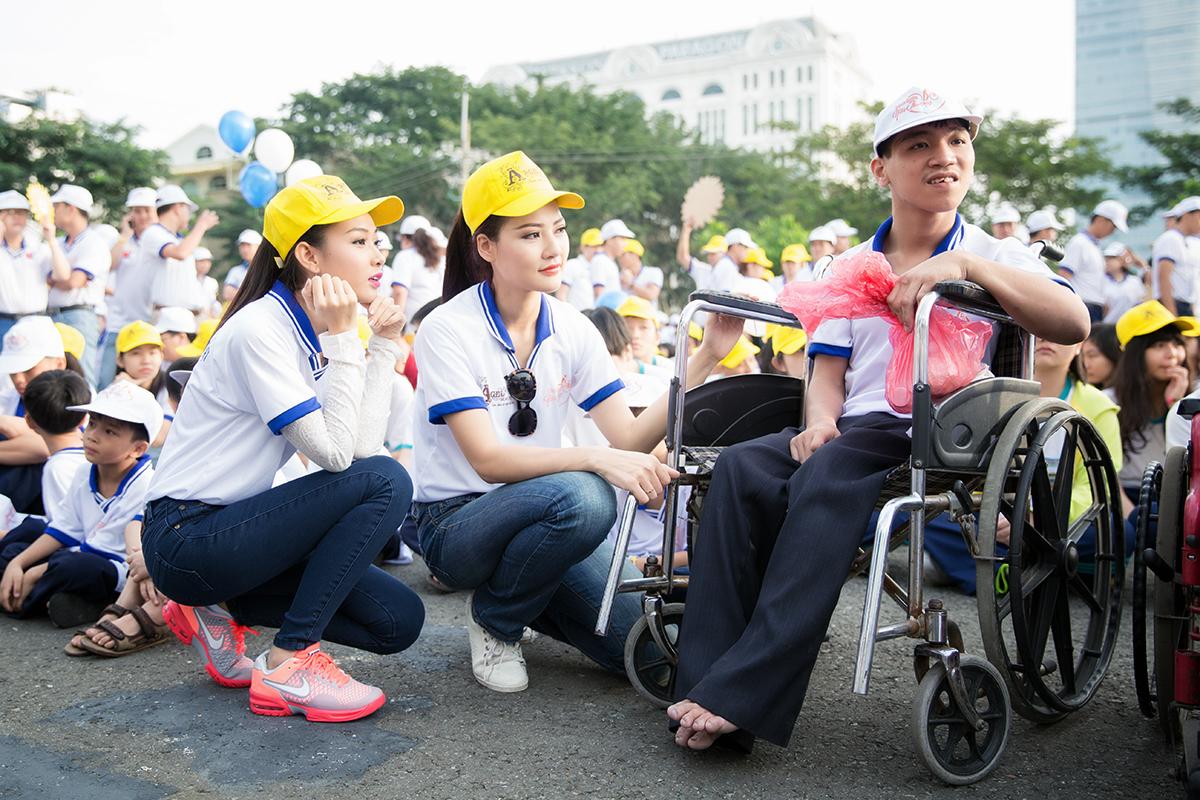 Hoa hậu Trần Thị Quỳnh xuất hiện sau sự cố đeo băng sai tên nước 1