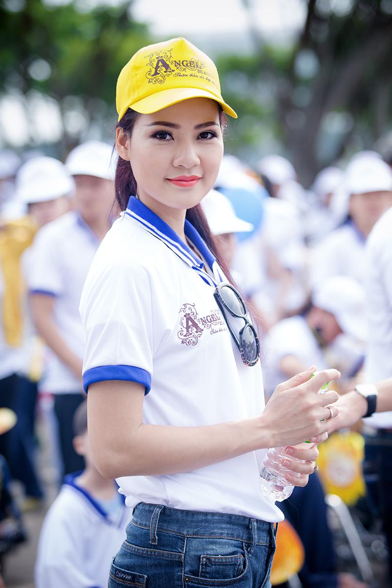 Hoa hậu Trần Thị Quỳnh xuất hiện sau sự cố đeo băng sai tên nước 10