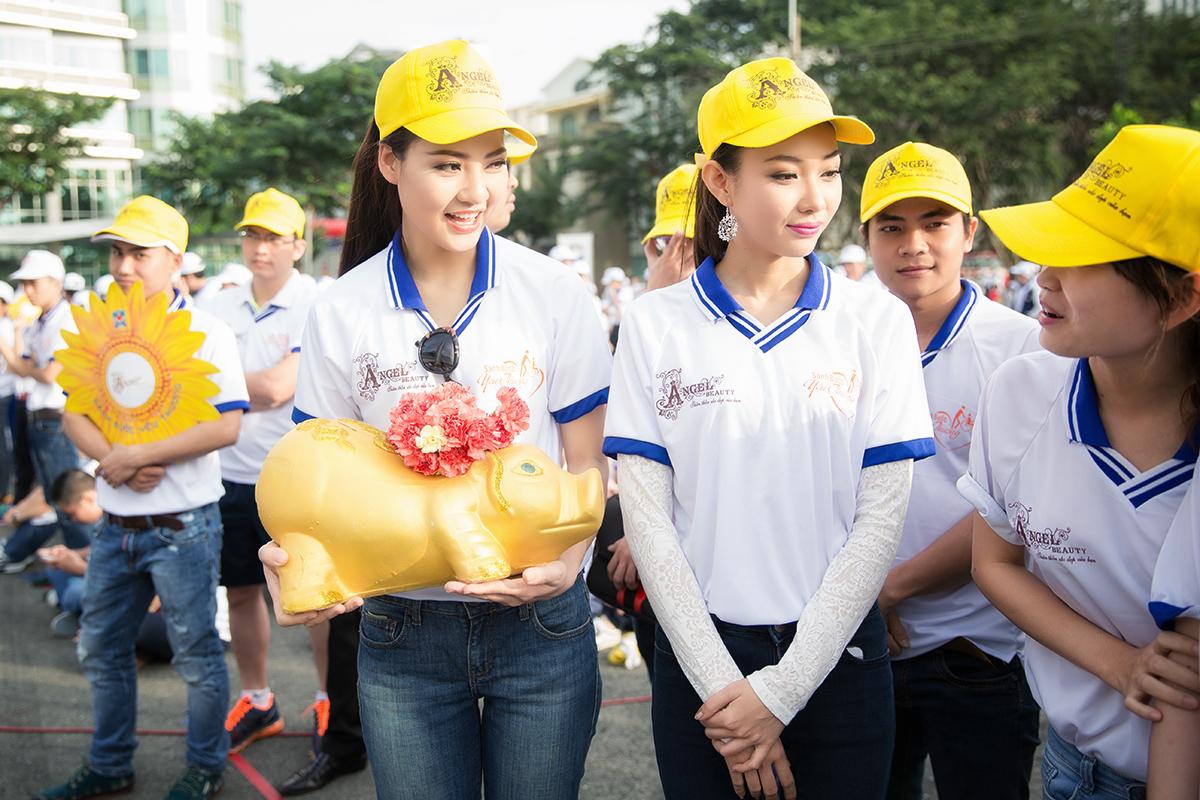 Hoa hậu Trần Thị Quỳnh xuất hiện sau sự cố đeo băng sai tên nước 6