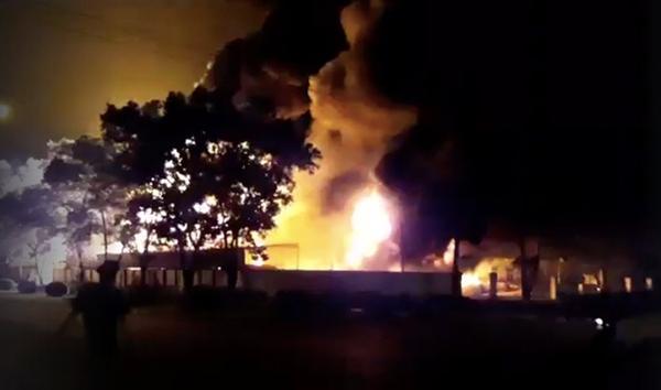 Cháy lớn gần sân bay Nội Bài, lửa ngùn ngụt trong đêm