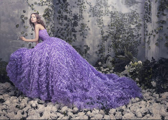 Xuất hiện cách đây vài năm nhưng xu hướng ứng dụng các họa tiết hoa 3D trên nền vải trong suốt vẫn chưa có dấu hiệu hạ nhiệt. Càng về sau, các chi tiết hoa thêu nổi trên nền vải sheer, vải ren càng thêm sắc sảo và tinh tế.