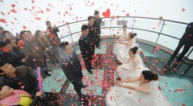 Cô dâu xinh đẹp cầu hôn bạn trai mình nhân Ngày Độc thân