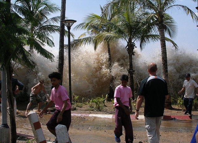 Sóng thần đánh vào Ao Nang, Thái Lan ngày 26/12/2004. Ảnh: Wikipedia.
